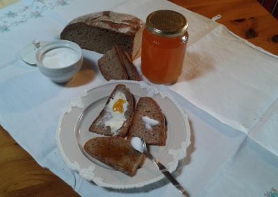 pane nero, burro e miele